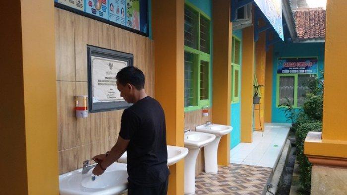 Seoran petugas sekolah memperlihatkan kesiapan sarana di SMPN 1 Ciamis menjelang dimulainya uji coba PTM Senin besok.