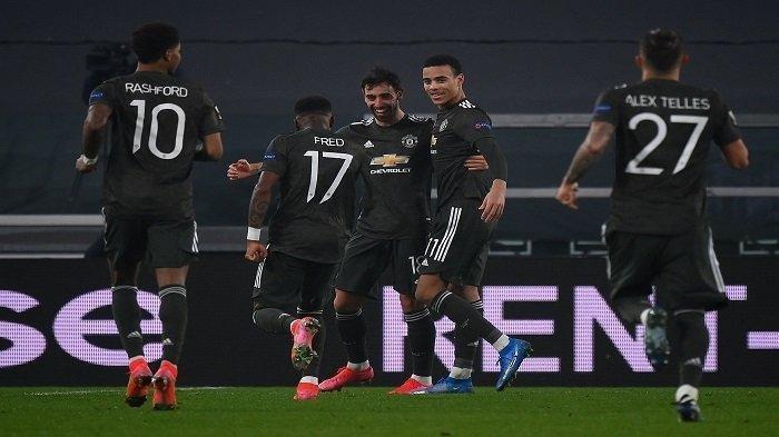 Gelandang Portugal Manchester United Bruno Fernandes (tengah) merayakan dengan rekan satu tim setelah mencetak gol selama pertandingan sepak bola leg pertama babak 32 besar Liga Eropa UEFA antara Real Sociedad dan Manchester United di stadion Juventus di Turin, Jumat (19/2/2021) dini hari WIB.