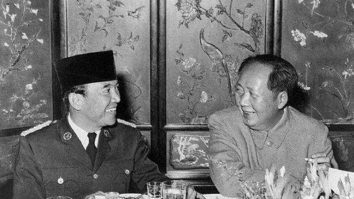 Soekarno berbincang dengan Mao Zedong, 24 November 1956, di Beijing, Cina