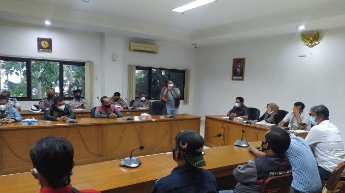 Hari Ketiga Unjuk Rasa Soal Travel Gelap, Ratusan Sopir Elf Cianjur Selatan Datangi Gedung Dewan