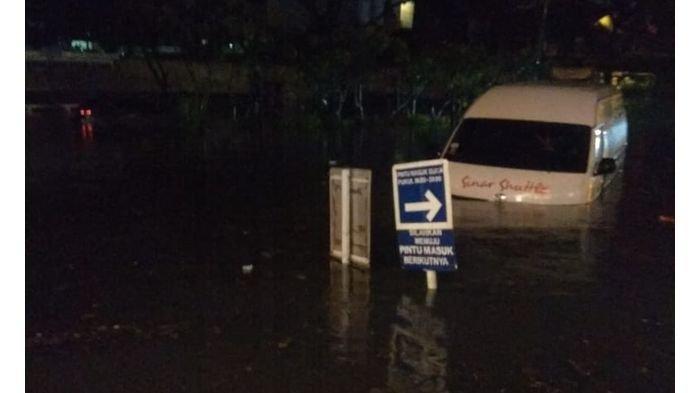 Cerita Sopir Travel yang Tiba-tiba Mobilnya Dikepung Banjir di Pasteur Bandung, Kini Air Mulai Surut