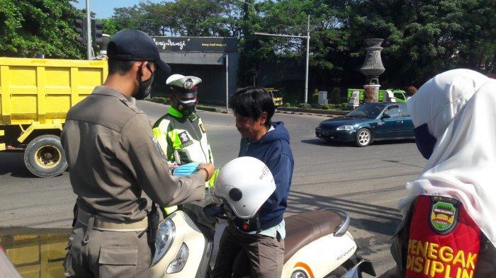 Menjelang Penerapan PPKM Darurat di Purwakarta, Petugas Gabungan Gencar Berikan Sosialisasi