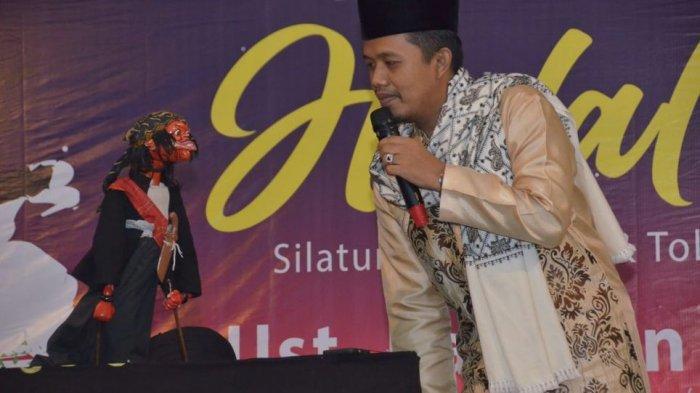 Cepot Muncul Pakai Masker, Ingatkan Pengunjung Halal Bihalal di Ujungberung Tangkal Covid-19