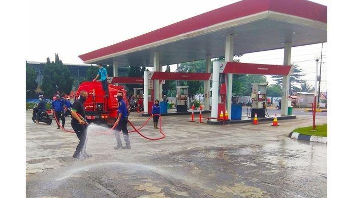 Delapan Stasiun Pengisian Bahan Bakar Umum atau SPBU di Cianjur Disemprot Disinfektan