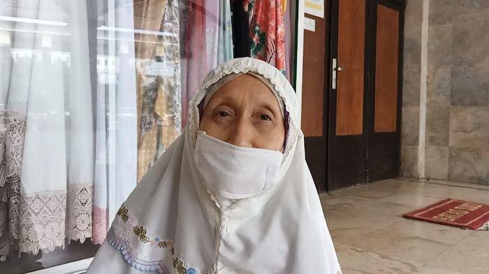 Sri Wulan Indrajani (52), warga Kelurahan Margadadi, Kecamatan/Kabupaten Indramayu selepas melaksanakan Salat Idul Adha secara individu di Masjid Agung Indramayu,