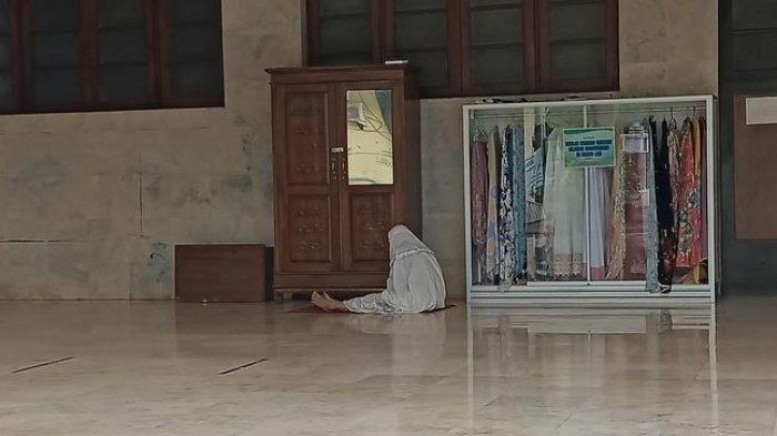 Salat Idul Adha Ditiadakan, Ibu Guru Ini Datangi ke Masjid Agung Indramayu, Salat Id Sendirian