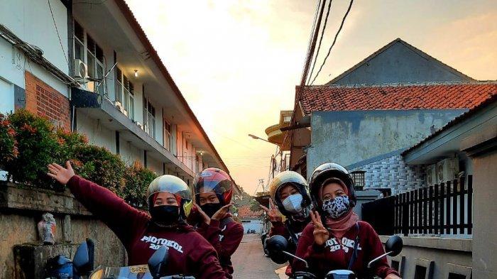 Para srikandi pegawai protokol Pemda Purwakarta itu selalu siap dengan sepeda motor mereka.