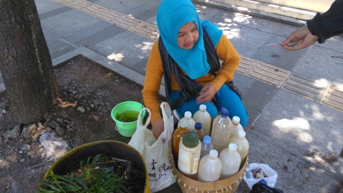 Sriwahyuni (53) penjual jamu gendong keliling yang sudah berjualan dari tahun 1996 di Kota Bandung.
