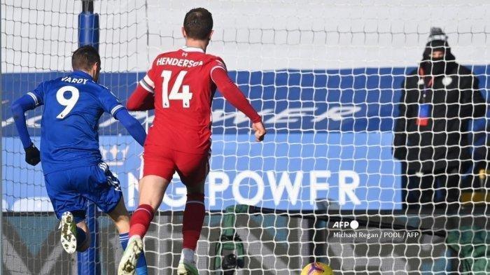 Striker Leicester City Inggris Jamie Vardy (kiri) mencetak gol kedua timnya selama pertandingan sepak bola Liga Premier Inggris antara Leicester City dan Liverpool di King Power Stadium di Leicester, Inggris tengah pada 13 Februari 2021.