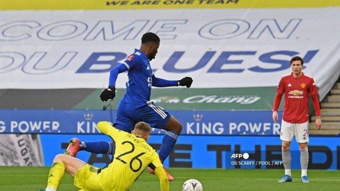 Striker Leicester City Nigeria Kelechi Iheanacho (tengah) berhasil menggiring bola ke gawang Manchester United Inggris Dean Henderson sebelum mencetak gol pembuka pertandingan sepak bola perempat final Piala FA Inggris antara Leicester City dan Manchester United di King Power Stadium di Leicester, Inggris tengah pada 21 Maret 2021.