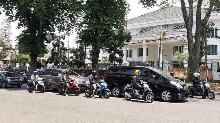 Lewat Jalan Diponegoro, Silvi Rasakan Mata dan Hidungnya Pedih, Takuk Gas Air Mata Nempel di Helm