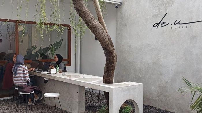Nyamannya Nongkrong di de.u Coffee Backyard yang Bernuansa Tropical Minimalist