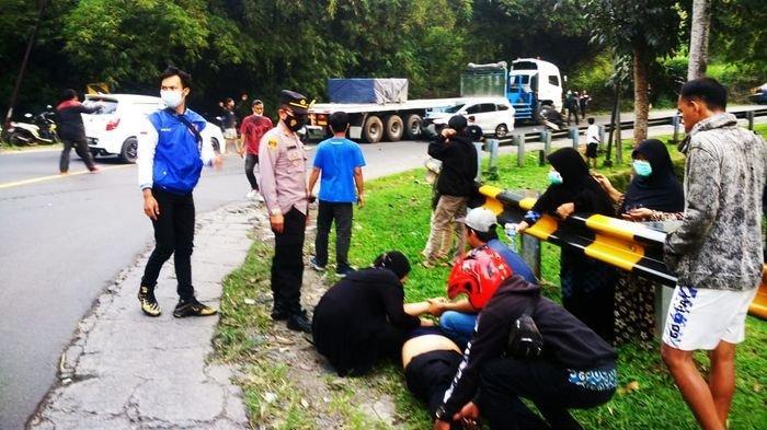 Suasana di lokasi kecelakaan di Jalan Raya Malangbong tepatnya di Desa Cihaur Kuning Kecamatan Malangbong, kabupaten Garut, Jawa Barat, Selasa (13/7/2021) sore.