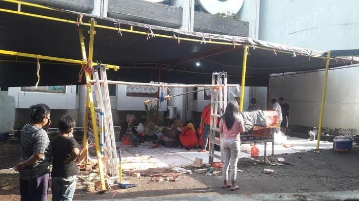 Masjid Lautze Bagikan Daging Hewan Kurban kepada Ratusan Orang, Jalan Sempat Ditutup