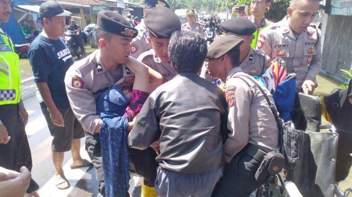 Dua Warga Gedebage Ini Sakit dan Rumahnya Kebanjiran, Dievakuasi Polisi ke Rumah Sakit