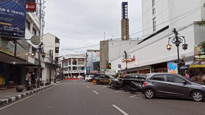 Suasana di Jalan Braga pendek Kamis (31/12/2020) sore. Terlihat sepi. Petugas sudah menutup jalan ini.