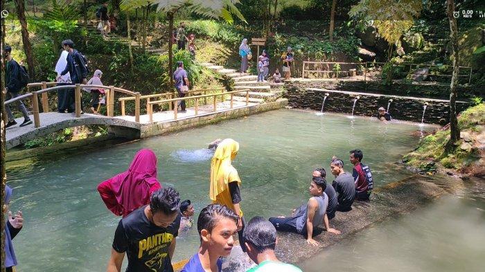 Libur Panjang, Wisatawan Padati Curug Cipeuteuy Majalengka