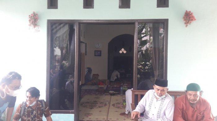 Suasana rumah dari Lilis Sulastri (56) kakak ketiga Tuti Suhartini (55) saat menggelar pengajian, Jumat, (17/9/2021). Keluarga dan warga menggelar pengajian tepat di sebulan meninggalnya Tuti dan Amalia Mustika Ratu.
