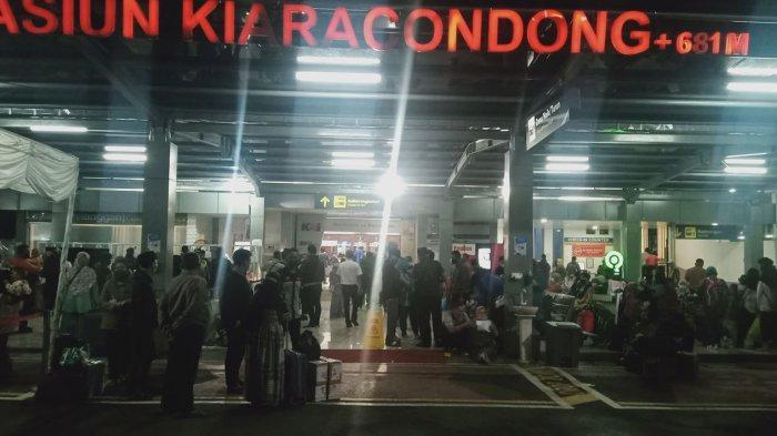Stasiun Kiaracondong Dipadati Pemudik Malam Ini, Antre Hingga Luar, Hindari Larangan Mudik Berlaku