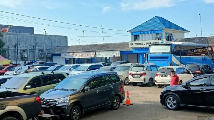 Bus Hanya Dua, Terminal Tipe B Indramayu Malah Jadi Lahan Parkir Mobil Orang Berbelanja