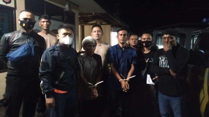 Suhenda (62) dan Ropud (41), terduga pelaku pencabulan terhadap anak kelas 6 SD berinisial SR (12) di Kabupaten Sukabumi, Jawa Barat. Istimewa/Dok Polres Sukabumi