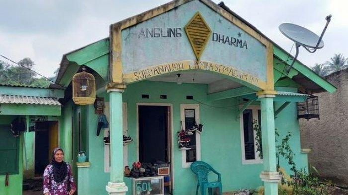 Rumah warga yang dibangun oleh Baginda Jamaludin memiliki ciri khas, yakni bertuliskan Angling Dharma di bagian atasnya.(KOMPAS.COM/ACEP NAZMUDIN)
