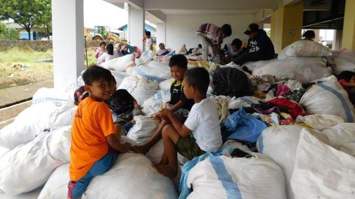 BREAKING NEWS: Pakaian Sumbangan untuk Pengungsi Bencana Garut Sengaja Ditumpuk di Rusunawa