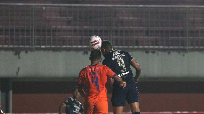 Striker Persib Bandung Wander Luiz menanduk bola masuk ke gawang Persiraja Banda Aceh di Piala Menpora di Stadion Maguwoharjo, Sleman, Jumat (2/4/2021).