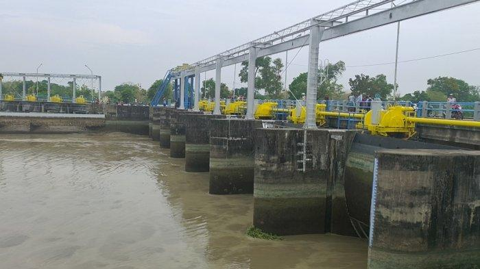 Setelah pekan lalu Bendung Rentang Jatitujuh dikeringkan demi perawatan, hari ini, Senin (19/10/2020) Sungai Cimanuk yang merupakan sungai induk di kawasan tersebut dilakukan hal serupa.