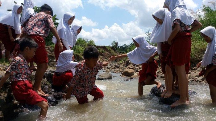 Seragam Sekolah Basah Karena Seberang Sungai, Murid: Sudah Biasa