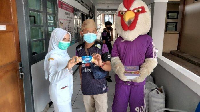 Pakai Maskot Ayam Jago, Ini Aksi Romantis Suporter Fanatik PSGC ke Nakes RSUD Ciamis