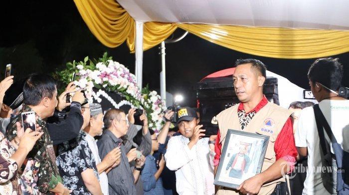 Jenazah Sutopo Tiba di Indonesia, Penggotong Peti Jenazah Mengaku Enteng Saat Mengangkat Peti