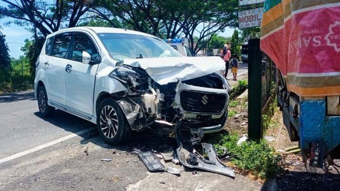 Suzuki Ertiga Berhenti Mendadak, Truk Air Mineral Banting Setir ke Kanan, Tabrakan Tak Terhindarkan
