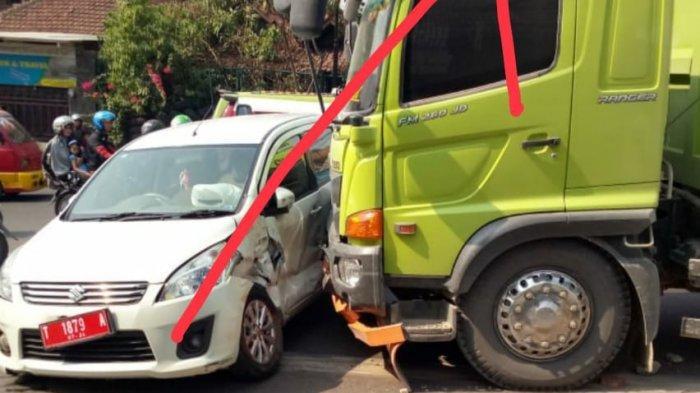 Mobil Pelat Merah Tabrakan dengan Truk di Purwakarta, Suzuki Ertiga Hendak Potong Arus
