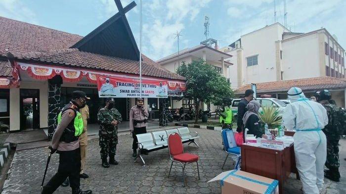 Dengan Cara Drive Thru, TNI-Polri Gelar Swab Antigen Sambil Bagikan Sembako di Jatinangor Sumedang