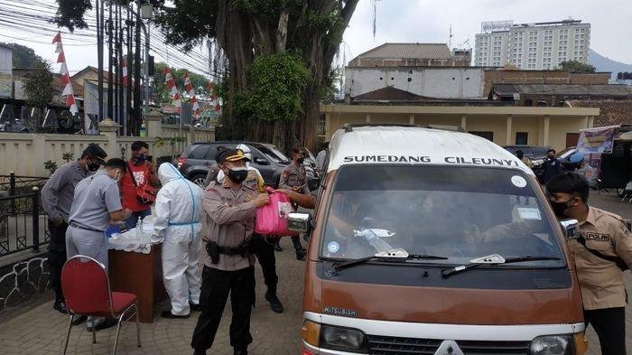 Polres Sumedang dan Kodim 0610 Sumedang mengadakan swab test antigen dengan cara drive thru di Kecamatan Jatinangor, Kabupaten Sumedang, Selasa (10/8/2021).