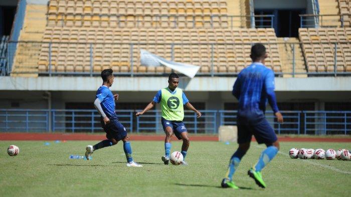 Syafril Lestaluhu bersiap mengoper bola saat berlatih di Stadion Gelora Bandung Lautan Api (GBLA), Kamis (27/5/2021).