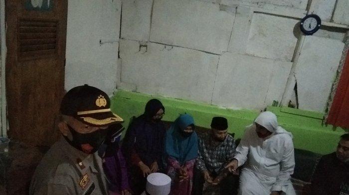 Syekh Ali Jaber saat mengunjungi rumah kakek Akbar di Kampung Sodong, Kelurahan Muarasanding, Kecamatan Garut Kota, Rabu (11/11/2020).