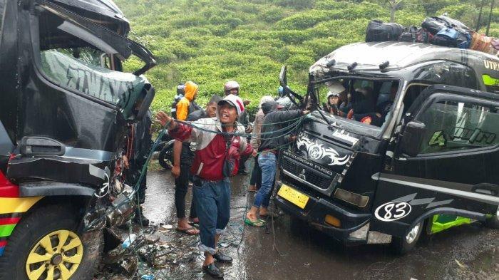 Kecelakaan lalu lintas tabrakan adu banteng melibatkan dua mobil Elf terjadi di Kebun Teh Cisandaan, Jalan Raya Sumadra Kecamatan Pamulihan Kabupaten Garut, Minggu (21/02/2021).