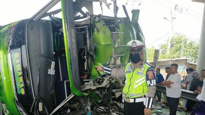 BREAKING NEWS, Tabrakan Hebat di Tol Cipali KM 84, Bus Sahabat Hancur Terguling