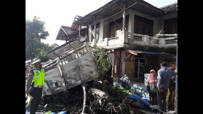 Dentuman Keras Terdengar dari Lokasi Tabrakan Maut Truk, Empat Orang Sudah Terkapar di Jalan