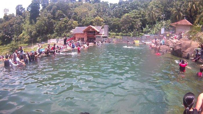 Warga berwisata di Taman Batu Kolam Mata Air Cijanun Desa Cipeundeuy saat libur Hari Raya Nyepi, Selasa (28/3).