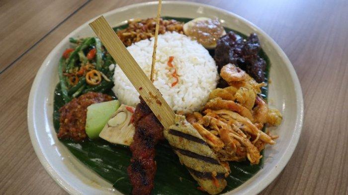 Lezatnya Mencicipi Nasi Campur Bali, Berisi Tujuh Jenis Lauk Pauk Berbeda