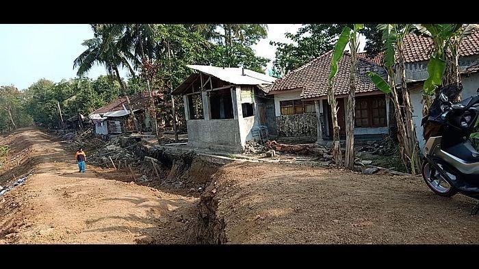 Tanah Ambles di Tanggul Sungai Cimanuk Indramayu Sekarang Menjalar ke Pemukiman Warga