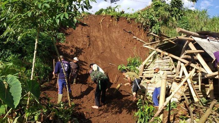 Hujan Lebat, Longsor dan Retakan Tanah Terjadi di Desa Buanamekar Ciamis, 24 Jiwa Mengungsi