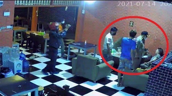 Tangakapan layar video CCTV memperlihatkan oknum Satpol PP diduga memukul pemilik warung kopi saat melakukan razia PPKM di Kabupaten Gowa, Sulawesi Selatan, Rabu (14/7/2021).