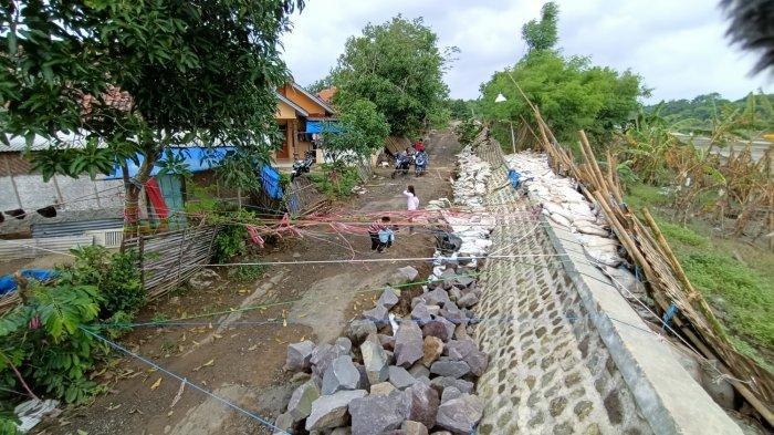 Warga Rambatan Kulon Waswas Tiap Hujan Turun, Tanggul Sungai Cimanuk di Permukiman Sudah Ambrol