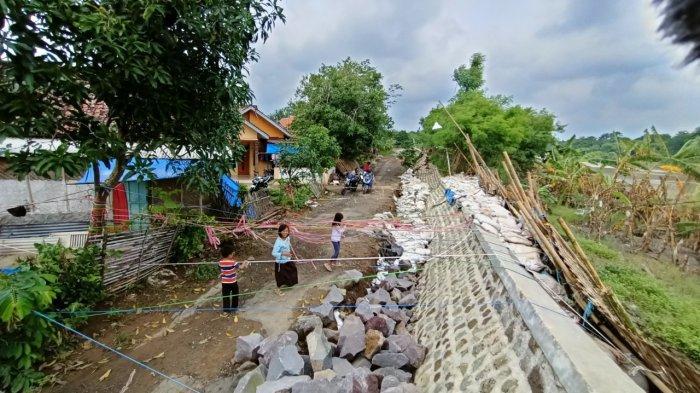 Potret Tanggul Sungai Cimanuk Indramayu yang Ambrol Akibat Banjir Besar, Kondisinya Mengerikan