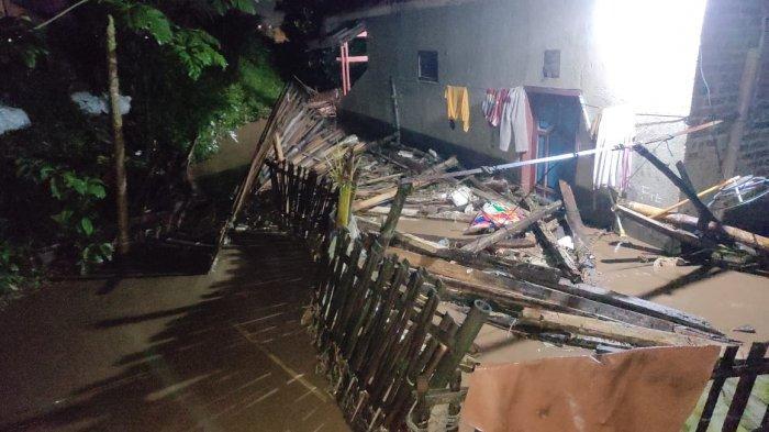Tengah Malam Tanggul Sungai Cisunggalah Jebol, Puluhan Rumah Warga di Kabupaten Bandung Kebanjiran