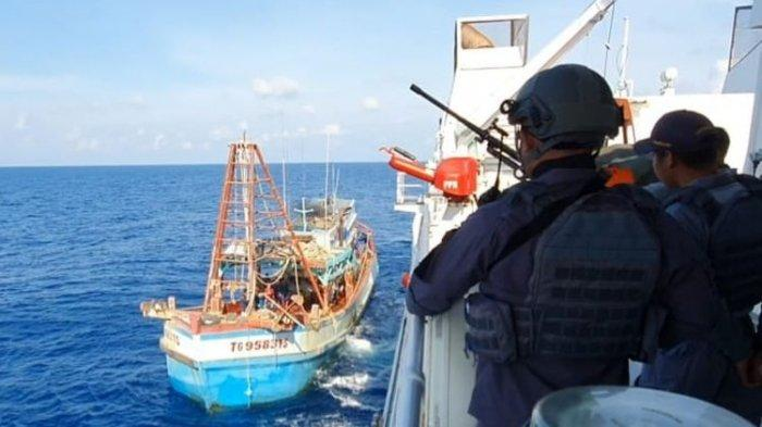 Masuk Perairan Indonesia Tanpa Ijin, Kapal Vietnam Mengaku Rusak Mesin, Diusir KN Tanjung Datu-301